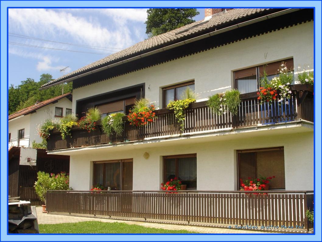 Cvetoče rastline na balkonu Rezljevih (foto: oc. komisija)