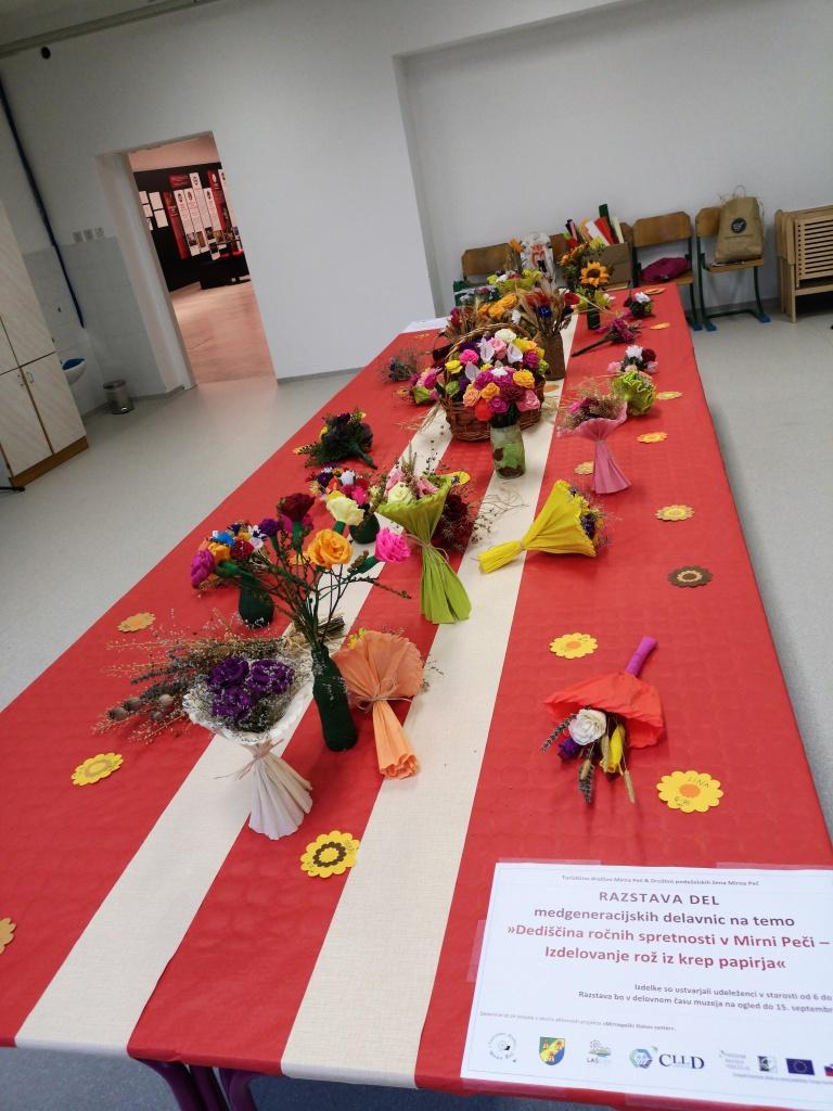 Medgeneracijsko izdelovali rože iz krep papirja